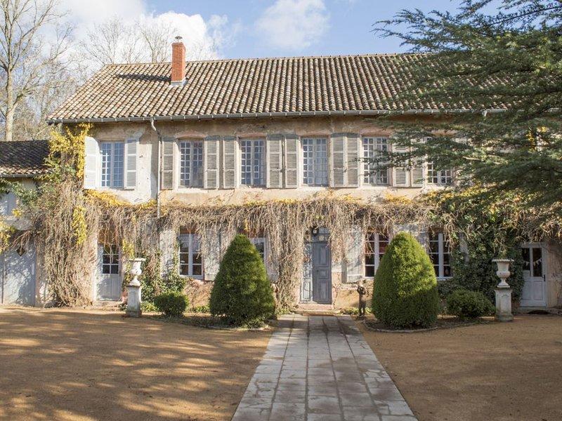 Magnifique manoir avec jardin verdoyant, grands espaces de vie,  Bourgogne, holiday rental in Saint-Benigne