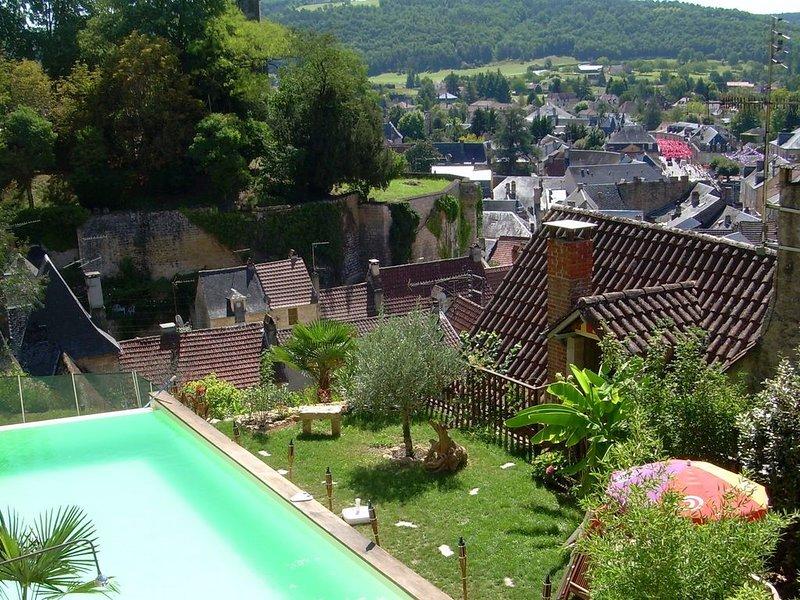 Maison de caractère entre Sarlat et Lascaux - Piscine à débordement, holiday rental in Auriac-du-Perigord