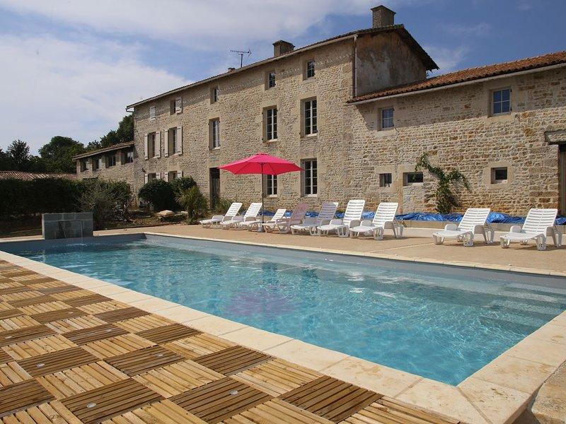 Domaine insolite, piscine privée chauffée, entre Marais Poitevin/Futuroscope, location de vacances à Prailles