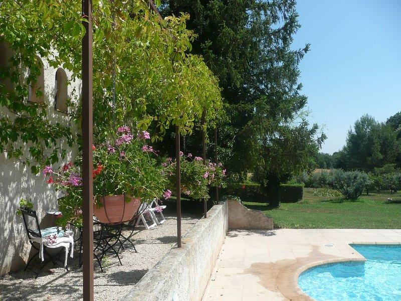location vacances avec piscine sécurisée site agréable idéal repos, holiday rental in Les Milles