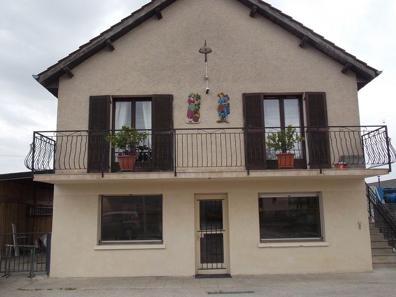 charmant petit appartement de  type T 2 de plain pied sous maison individuelle, holiday rental in Vosne-Romanee