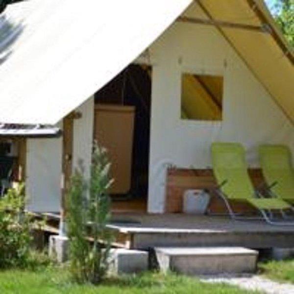 Dans domaine avec piscine couverte, Nuit insolite en cabane., holiday rental in Bains-les-Bains