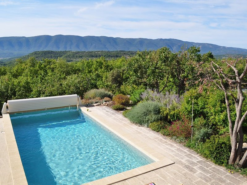 Gîte grand confort  avec piscine, au Cœur du Luberon, situation privilégiée., holiday rental in Rustrel
