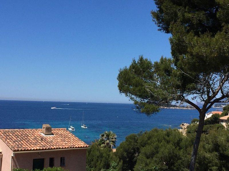 Appart type villa à Sanary vue mer , 150  mètres de la plage de Beaucours., location de vacances à Var