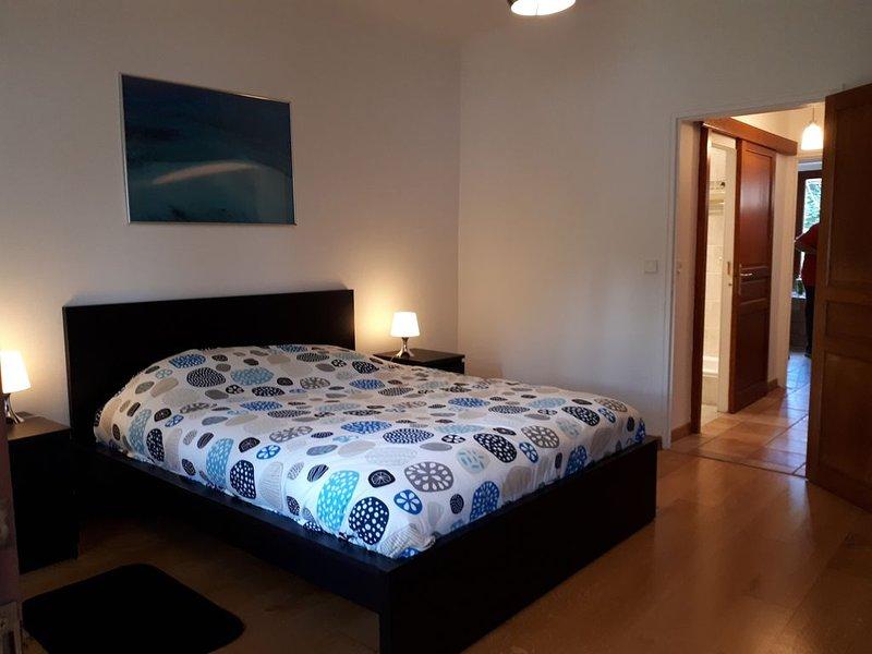 CHARMANT APPARTEMENT 71 m2 AVEC COIN JARDIN ET VERANDA À 700 MÈTRES DU LAC, location de vacances à Quintal
