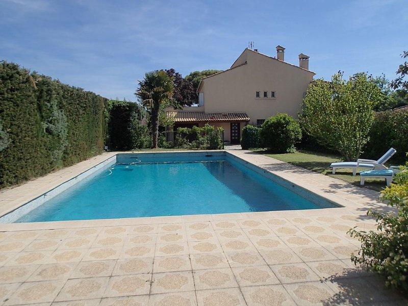 Grand apprt  indépendant  en RDC  dans villa avec piscine environ Aix en Provenc, holiday rental in Puyricard