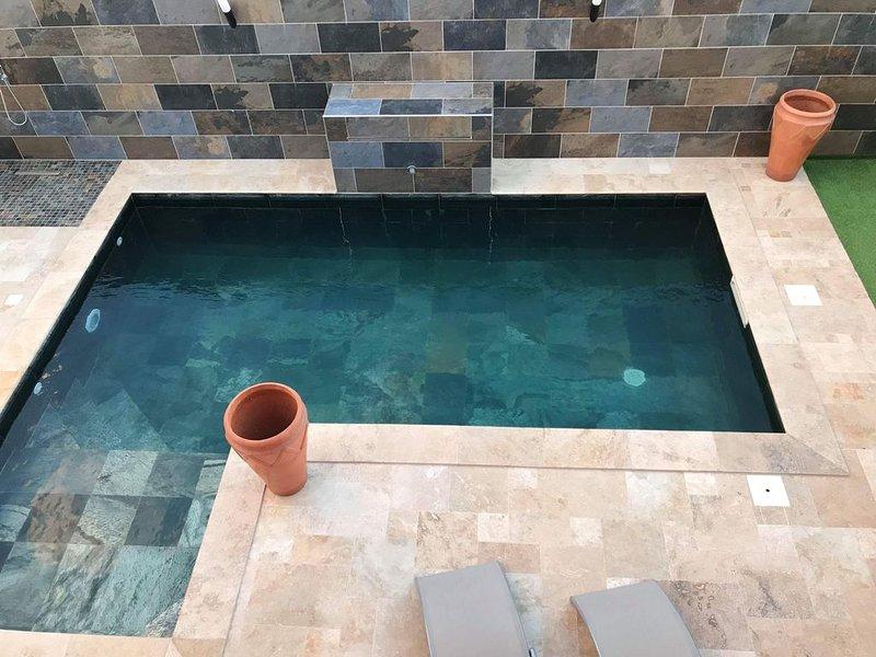 Spacieuse villa avec piscine à cascade chauffée, wifi et grand écran plat., location de vacances à Le Ouaki