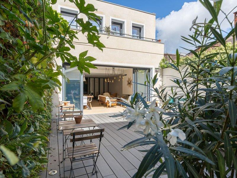 Grande maison d'hôtes avec parking, terrasse et jacuzzi en plein centre, vacation rental in Bordeaux