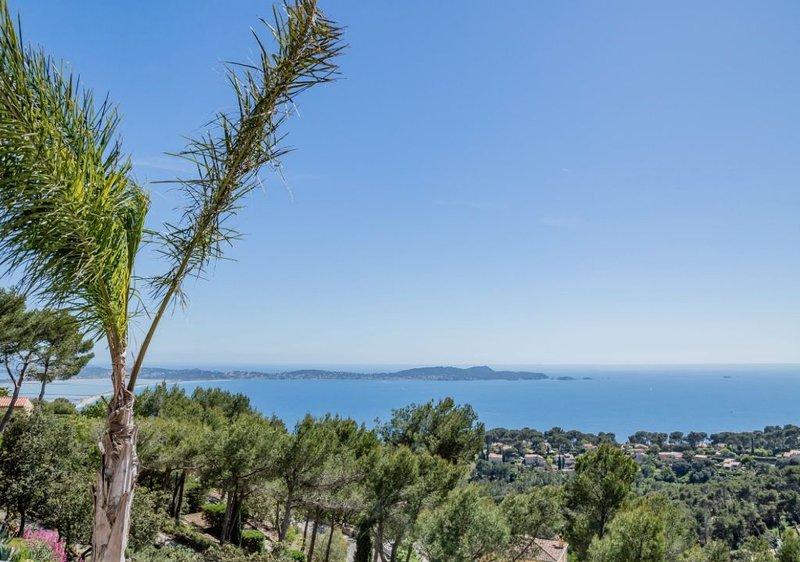 Villa d'exception, vue mer, piscine et terrasses, au calme, vacation rental in Hyeres