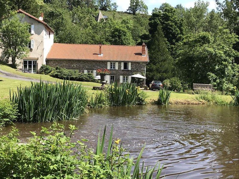 Ancien moulin, étang privé , piscine chauffée, holiday rental in Polignac