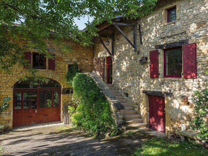 Gite de charme en Pierres dorées avec piscine au cœur du Beaujolais, holiday rental in Lozanne