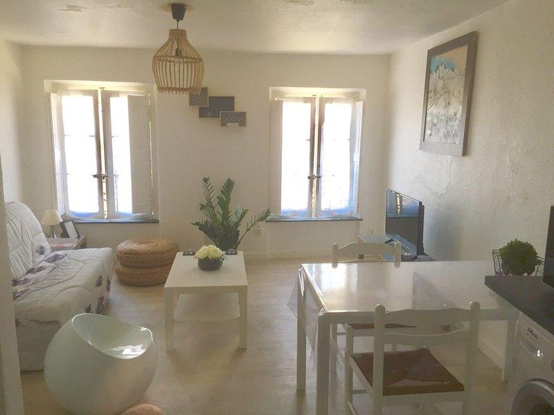 GRAND STUDIO TRAVERSANT TOUT EQUIPE AU PIED DES BARQUES, holiday rental in Vinassan