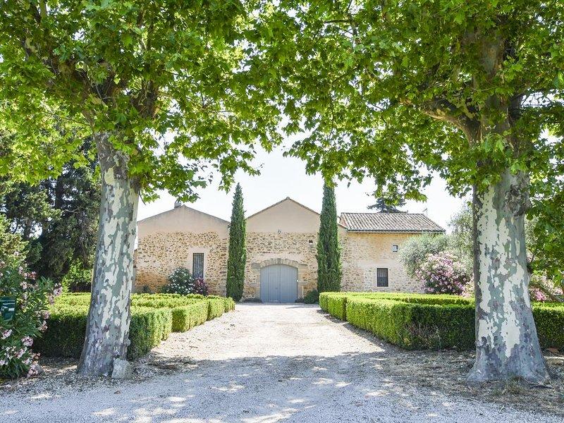 Beau Mas de 315m2, piscine au calme, aluguéis de temporada em Camaret-sur-Aigues