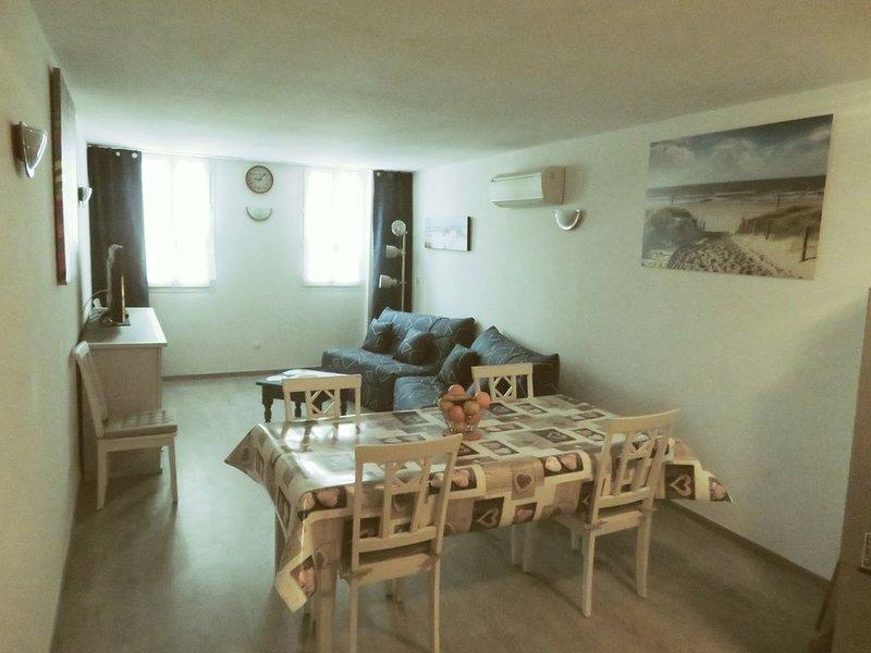 Agréable T2 situé à l'étage, tout commerces et plages à pieds., location de vacances à Saintes-Maries de la Mer