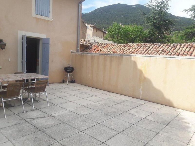 Au calme, à deux pas du colorado provençale, une maison pleine de charme., holiday rental in Caseneuve