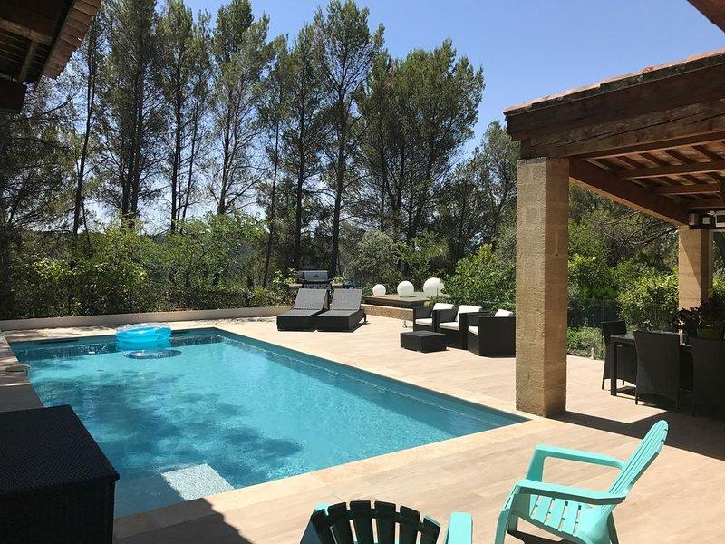 Villa climatisée - A pied du centre-ville d'Aix - 10 pers. - Piscine chauffée, holiday rental in Le Tholonet
