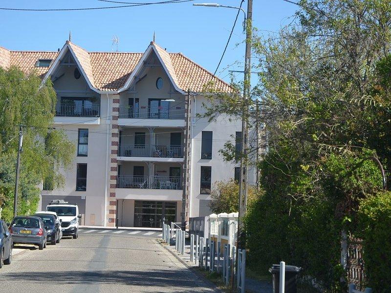 BEL APPARTEMENT T3 TRES CONFORTABLE ! AU PIED DES PISTES CYCLABLES ET DU BASSIN, holiday rental in Andernos-les-Bains