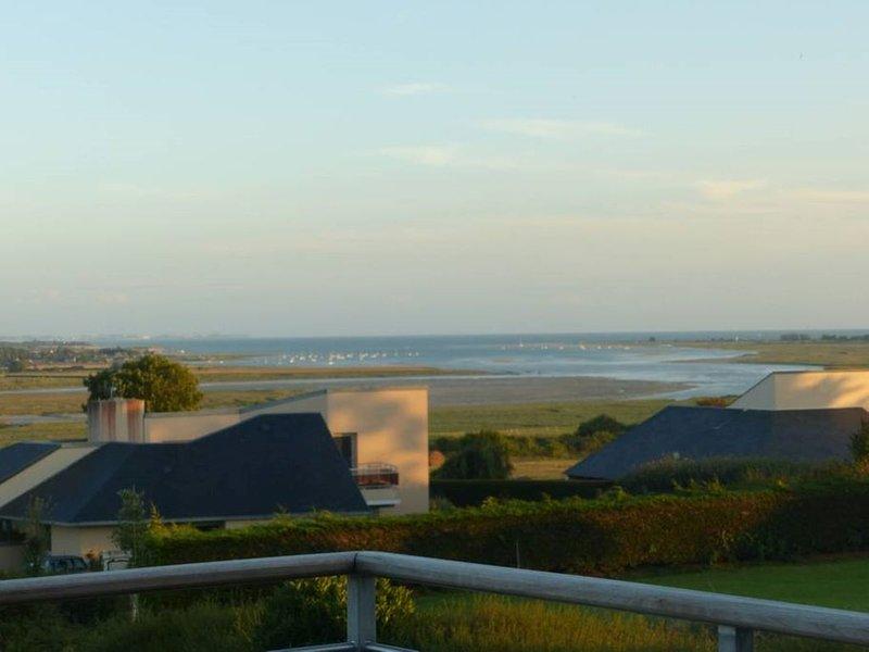 Vue exceptionnelle baie de Sienne, holiday rental in Regneville-sur-Mer