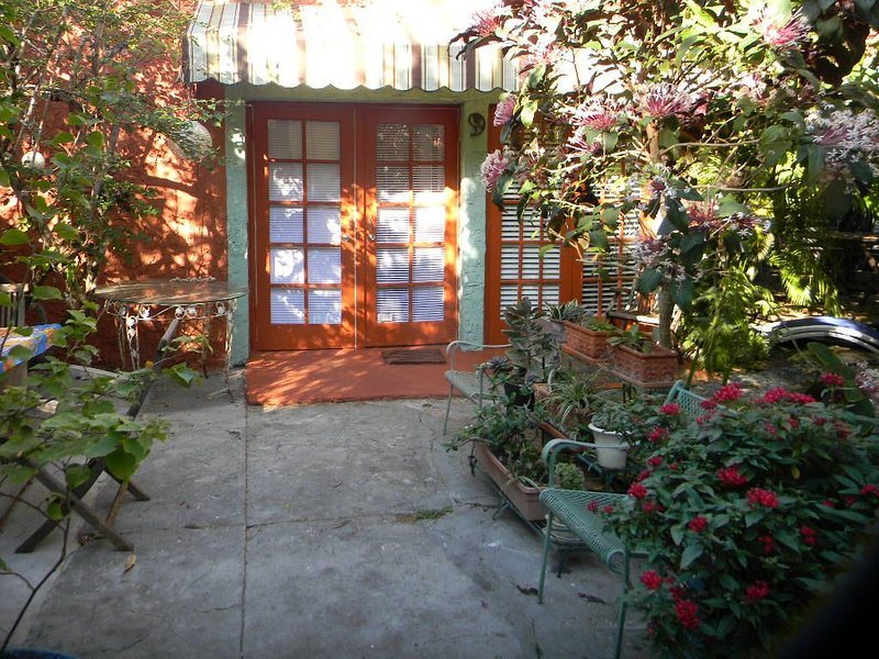Charming Garden Cottage Close To The City Center, Health District & Wynwood, holiday rental in Miami