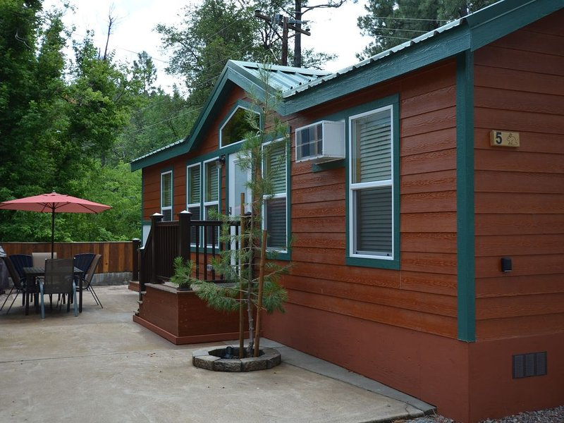 Enjoy one of our 2 bedroom cabins in the cool pines at Christopher Creek., holiday rental in Forest Lakes
