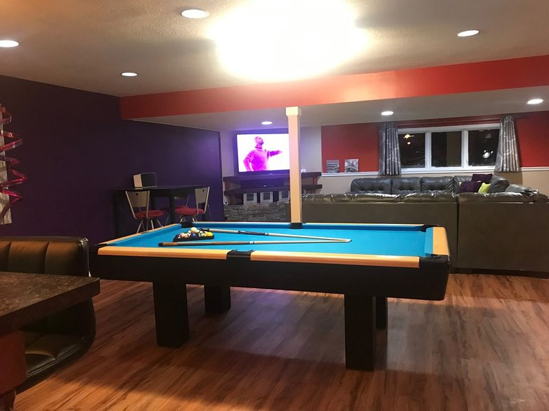 THE FUN MECCA! #1 VACATION RENTAL on AIR BNB IN GREATER DES MOINES!, holiday rental in Dallas Center