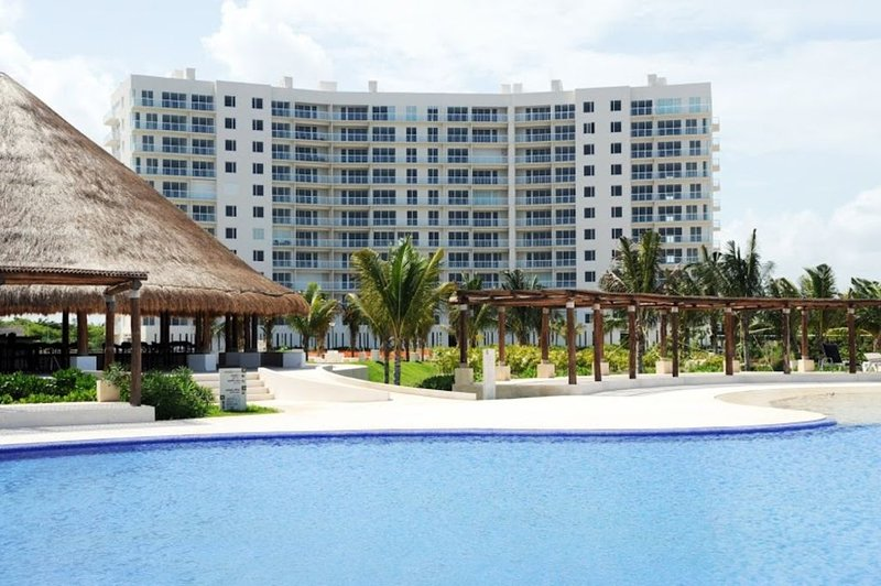 ENJOY CANCUN AT AN AFFORDABLE  NICE  BEACHFRONT CONDO, – semesterbostad i Cancún