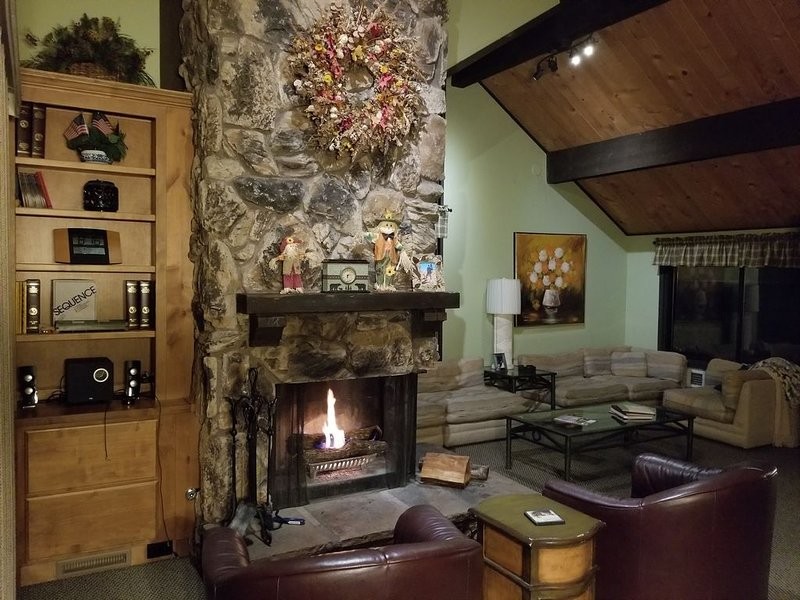 PREM TOWNHOME w/SPA NEXT TO SNOW SUMMIT MOUNTAIN RESORT - WALK TO THE SKI LIFTS, vacation rental in Moonridge