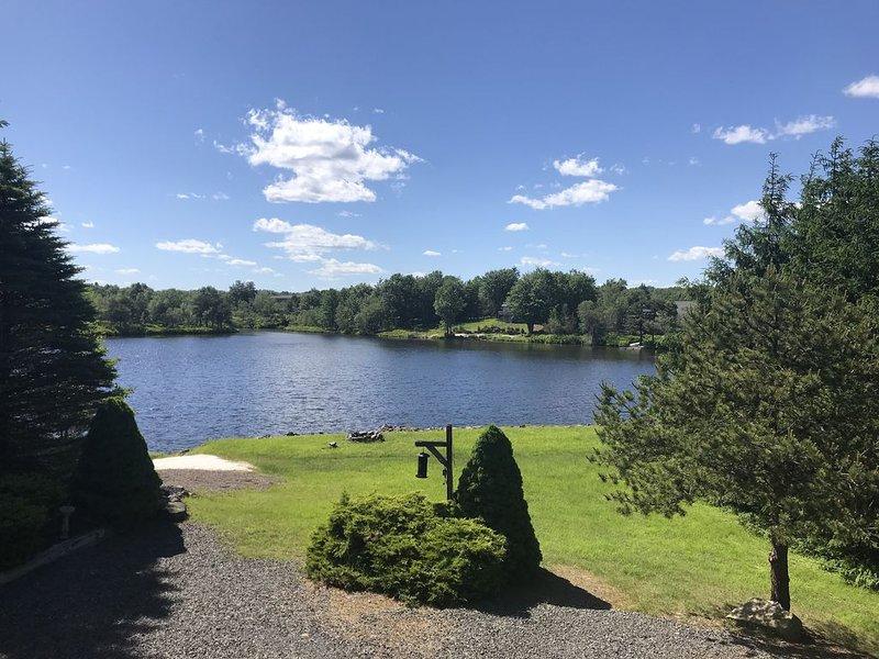 4BR Lakefront. Family friendly. near; Skiing, Waterparks, Golf, Casino, Raceway, location de vacances à Long Pond