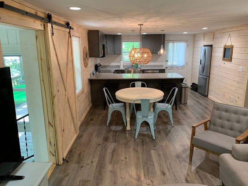 Completely renovated lakefront cabin - brand new back deck completed Aug 2019!, location de vacances à Dadeville