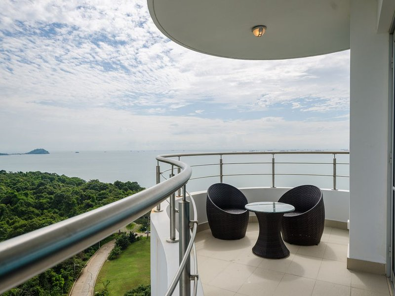 Ultra-Luxurious 2-Bedroom Condo in Playa Bonita Resort, aluguéis de temporada em Gamboa