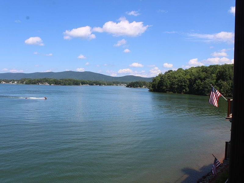 Family Friendly, Lake Front Condo on Quiet Southern Part of the Smith Mtn Lake, holiday rental in Penhook