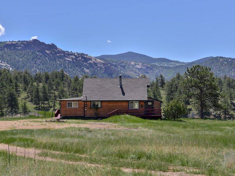 Dome Rock Cabin on 5 Acres, Gorgeous Views, Dog friendly, location de vacances à Florissant