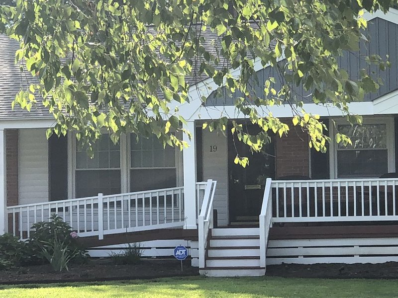 Fabulous 4 BR/3 BA Holiday House With Private Office Near Beaches WE SANITIZE!, holiday rental in Hampton