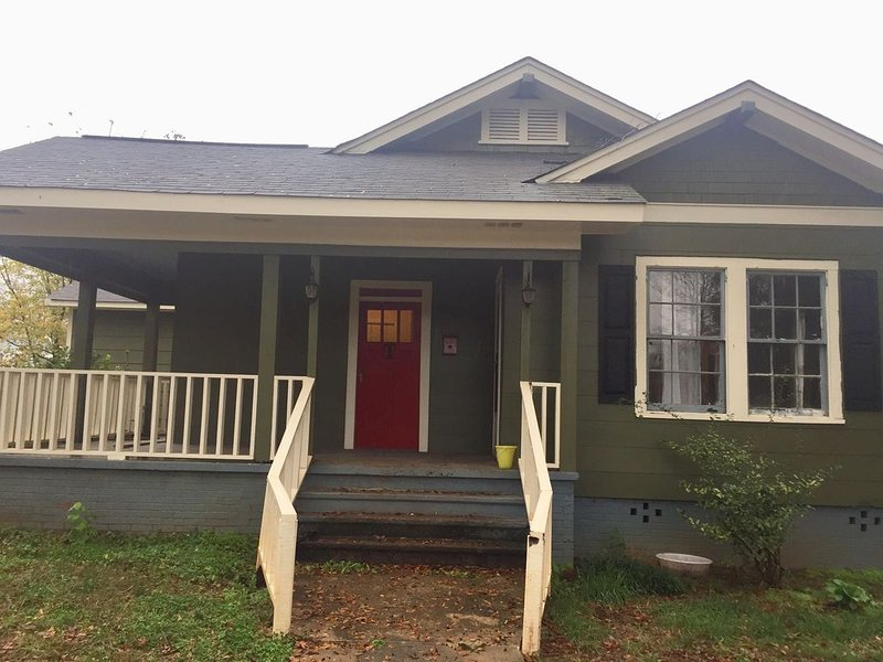 3/2 home with pool table!  Close to I-85 and Spartanburg Regional Hospital., location de vacances à Spartanburg