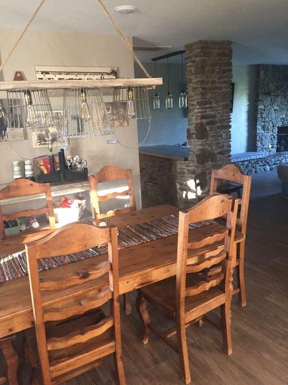 Plan d'étage ouvert. Le coin repas relie la cuisine et le salon principal.