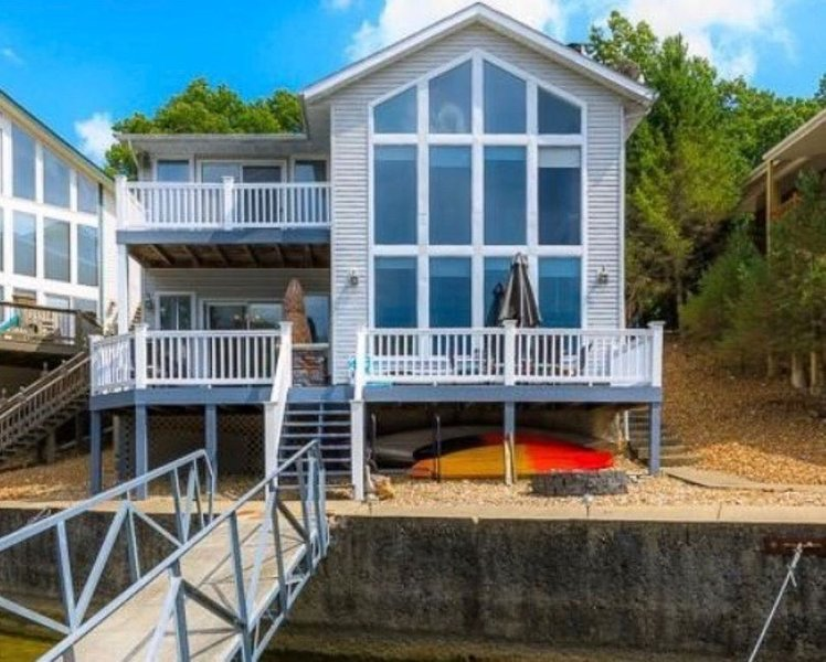 Lakefront home w/ boat slip and swim dock - Great Location - Sleeps up to 8., alquiler de vacaciones en Tuscumbia