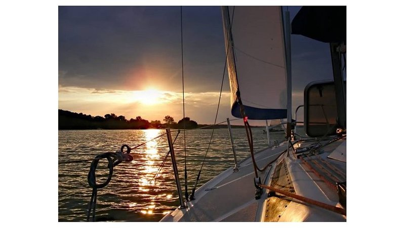 Stay Aboard Our 40-Foot Private Sailing Yacht w/ 2 Cabins — private slip & AC!, aluguéis de temporada em Myrtle Grove
