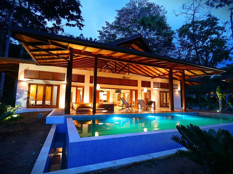 Luxury balinese style villa with pool, 150 meters from the beach, Ferienwohnung in Puerto Viejo