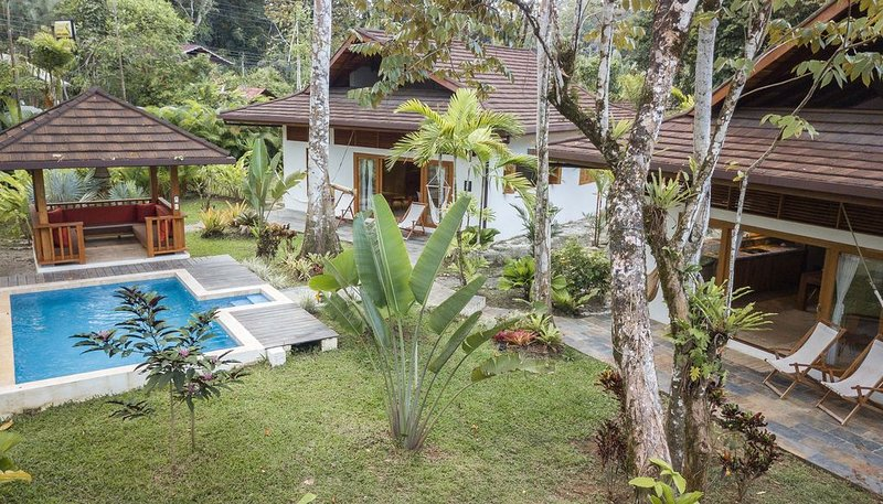 LUXURY BALINESE STYLE VILLAS WITH POOL, 150 METERS FROM THE BEACH, aluguéis de temporada em Puerto Viejo