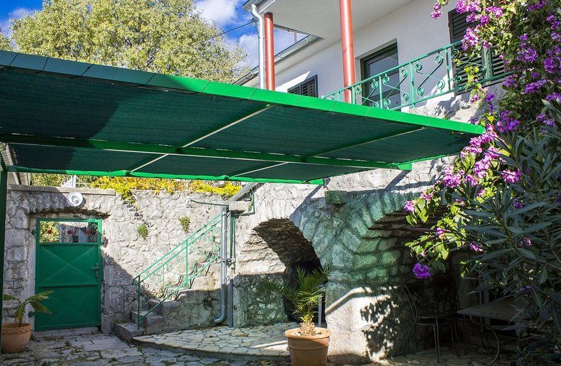A Pleasant Stone House With Private Garden, 4+2, vacation rental in Crikvenica