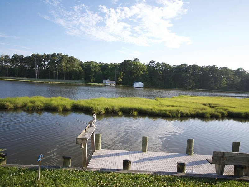 Quaint waterfront bungalow just minutes from the beaches of Ocean City, MD, casa vacanza a Ocean Pines