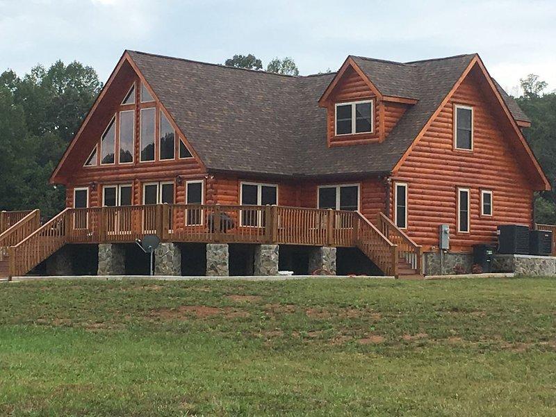 Tryon Log Cabin 4 bedroom 4 full bath  Large living areas 3200 sq ft 3mi toTIEC, alquiler de vacaciones en Bostic
