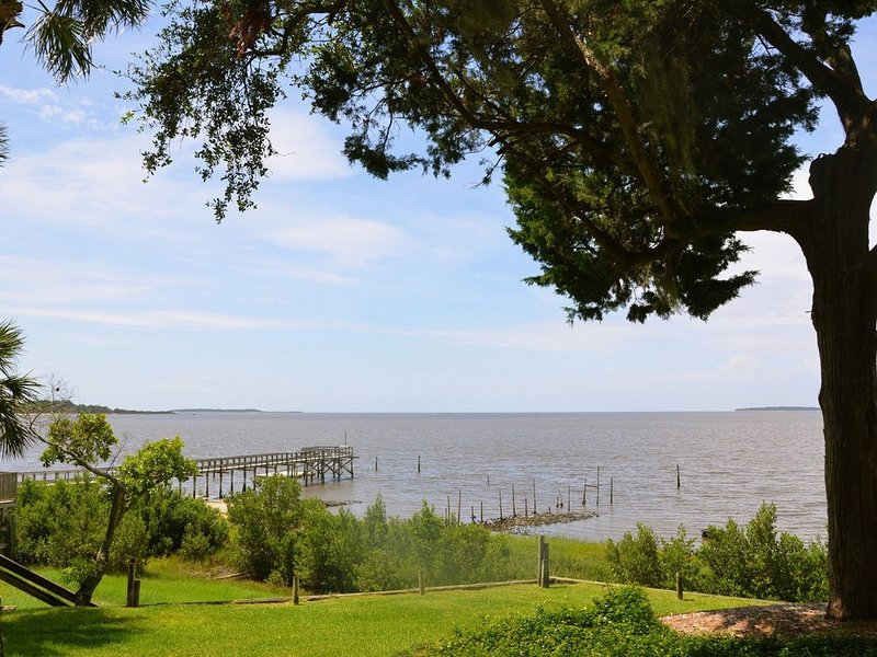 Beautiful Open Gulf Townhouse,  Private Downtown Location, vacation rental in Cedar Key