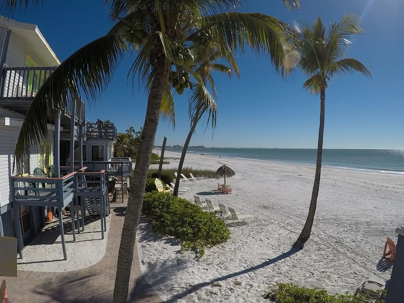 Wild Wave Resort #1 Large 2 Bedroom, holiday rental in Fort Myers Beach