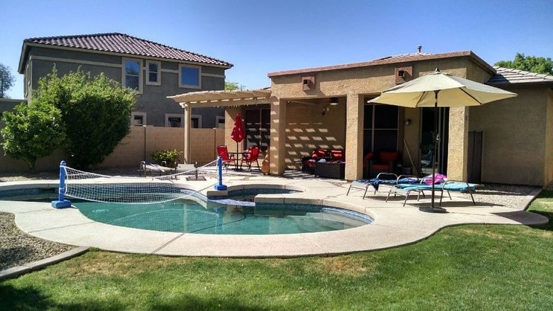 Great Palm Valley home with private heated pool/spa in quiet neighborhood, aluguéis de temporada em Goodyear