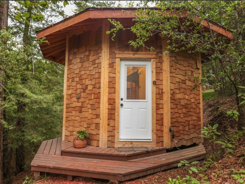 Circular Storybook Cedar TreeHouse, location de vacances à Corralitos