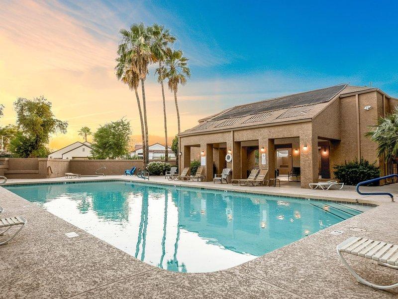 Gorgeous, Modern Home in Mesa, BBQ, Pool - 2 Car Garage - King & Queen Beds, location de vacances à Mesa