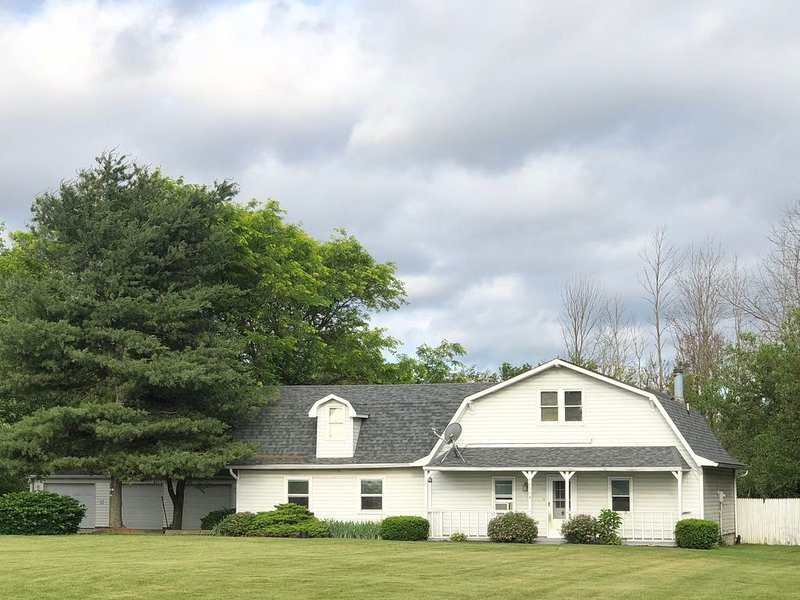 2,270 Sq. Ft. Home on 4 acre lot, 1 mile from Grand Park, sleeps 16+, vacation rental in Hamilton County