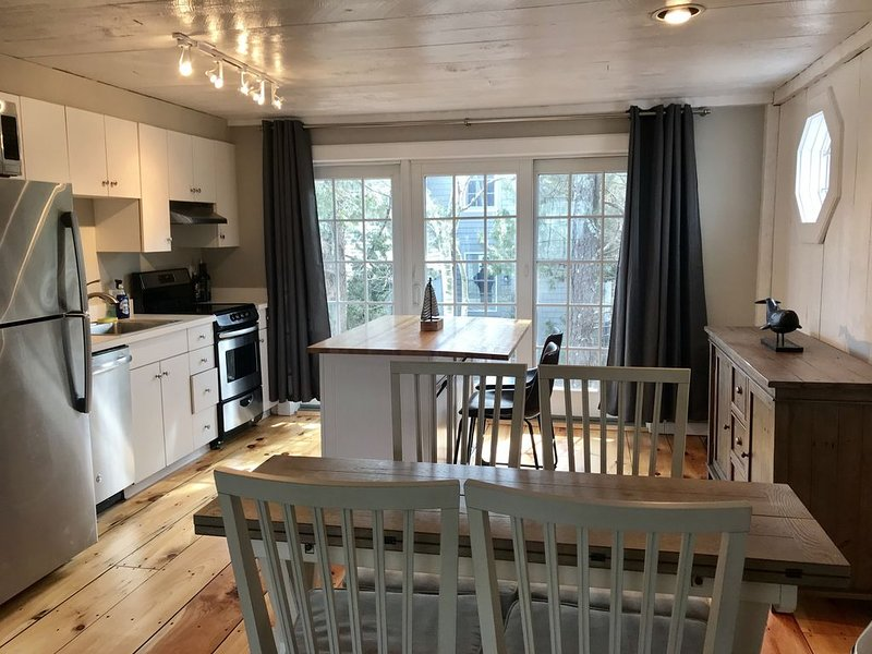 Nantucket style condo just steps to private beach, location de vacances à Mashpee