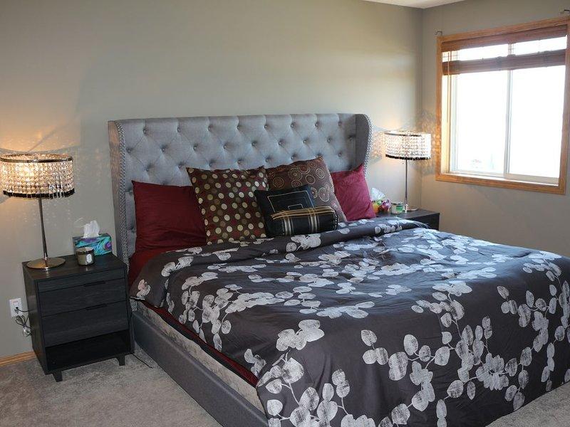 Luxurious Home with Mountain Views - Quick Downtown & Banff Access, location de vacances à Cochrane